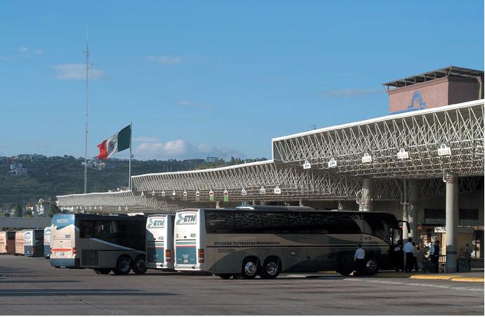Camiones cancelan salidas de Querétaro a Michoacán