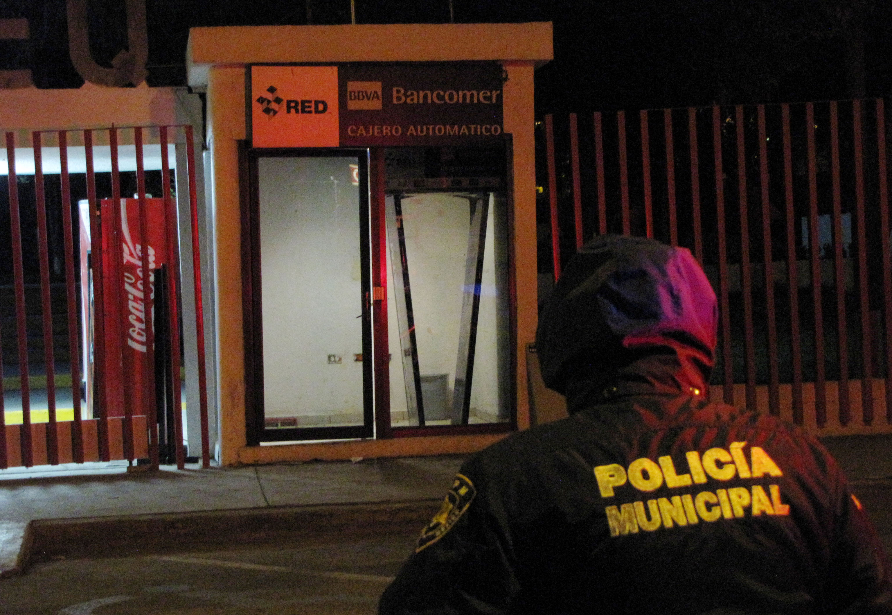 Delincuentes se llevan cajero bancario