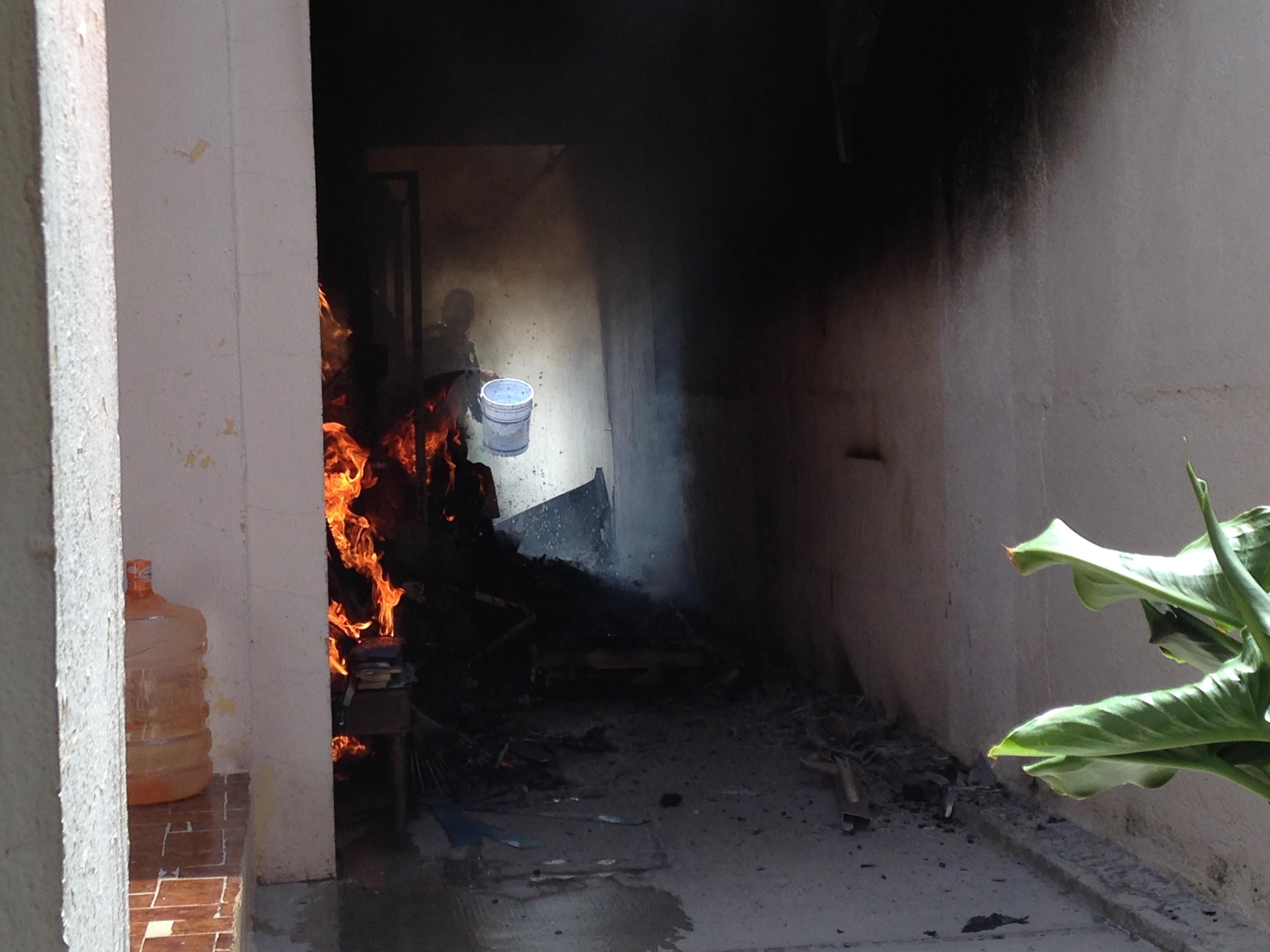 SSPMQ atiende incendio en casa de Colinas del Cimatario