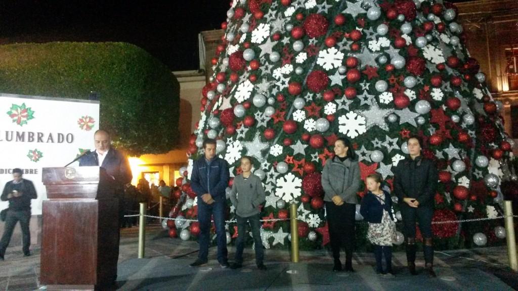 Municipio de quer taro enciende su rbol navide o en for Jardin guerrero queretaro