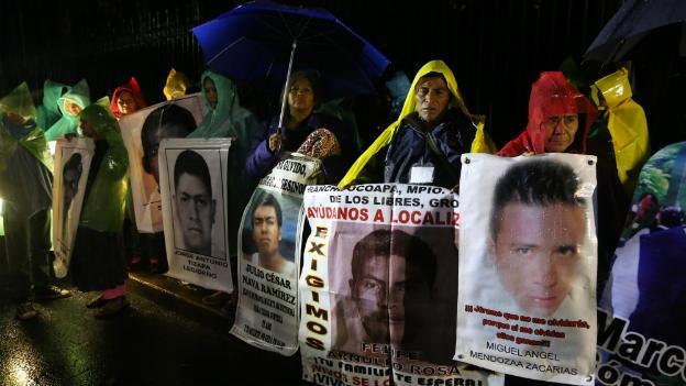 Padres y familiares de normalistas desaparecidos pasan la noche de Navidad afuera de Los Pinos