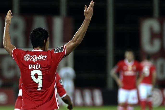 Raúl Jiménez anota en triunfo del Benfica