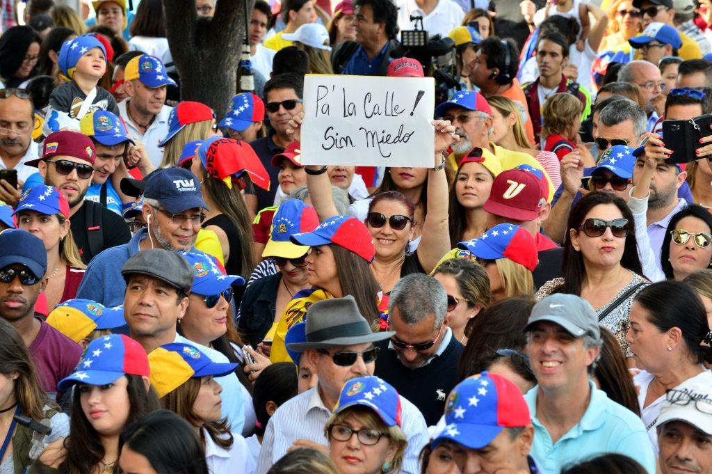 CIENTOS DE VENEZOLANOS PROTESTAN EN MIAMI CONTRA EL GOBIERNO DE MADURO