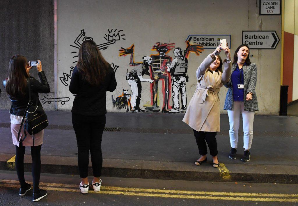 Dos murales del grafitero Banksy aparecen en el centro Barbican en Londres