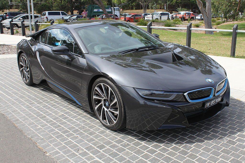 2015_BMW_i8_(I12)_coupe_(25835062172)