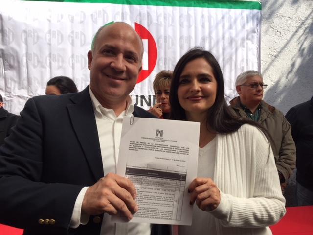 """Francisco """"Pancho"""" Pérez recibe constancia como aspirante a la alcaldía de Querétaro por el PRI"""