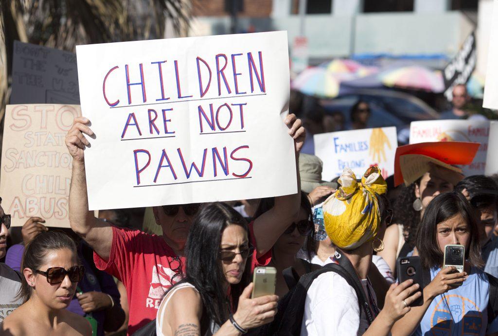 Miles gritan en las calles que separación familiar en frontera es