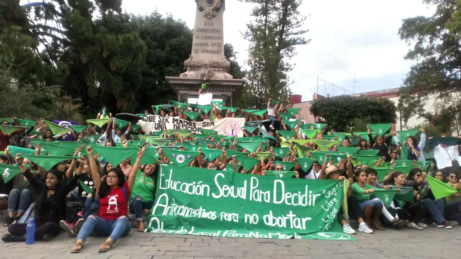 Con pañuelos verdes, colectivos apoyan proceso legislativo en Argentina a favor del aborto