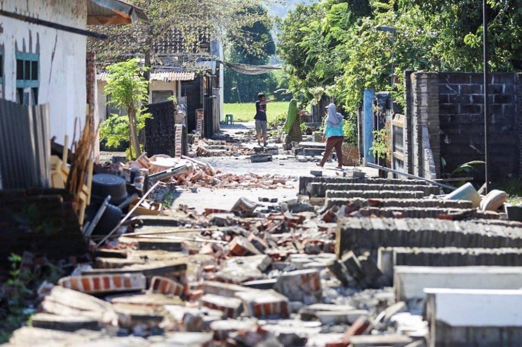 Suben a 91 los muertos por el terremoto en Indonesia