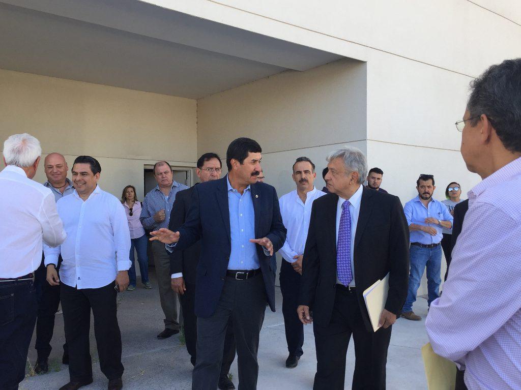 López Obrador visita hospital del que solo existe la fachada