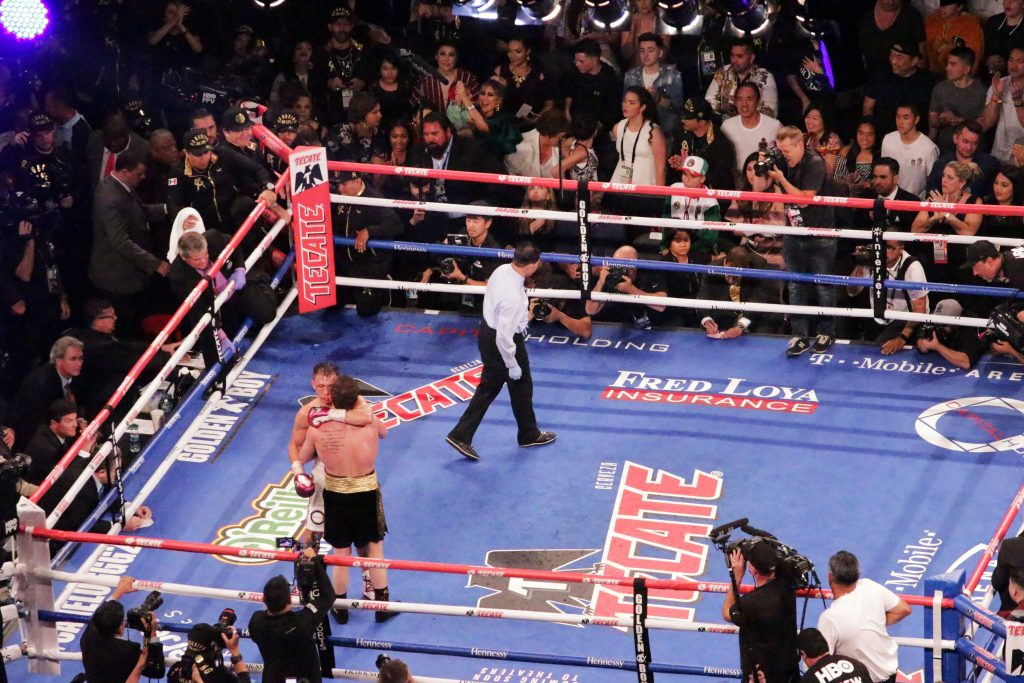 En feroz pelea Álvarez vence a Golovkin y le arrebata los títulos peso medio