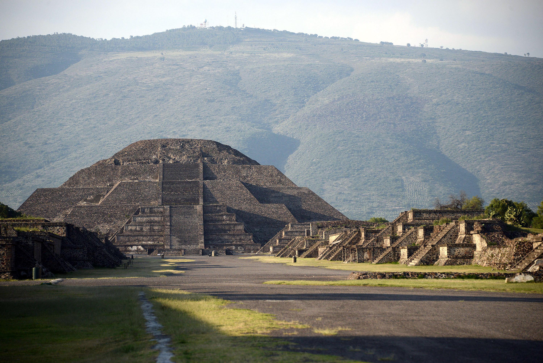Descubren cámara y túnel bajo Pirámide de la Luna en Teotihuacan