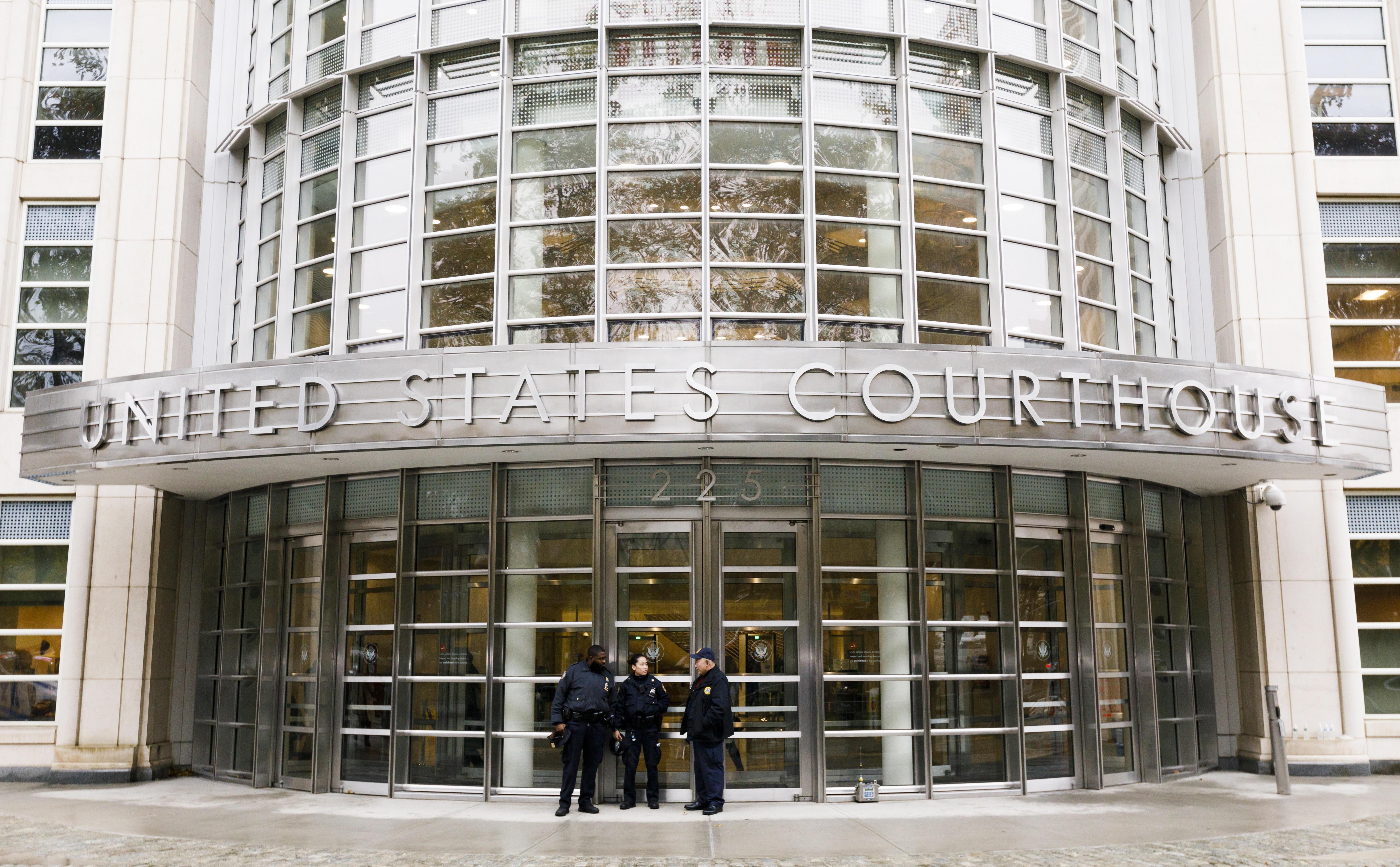 Niegan a El Chapo permiso para abrazar a su esposa antes de juicio