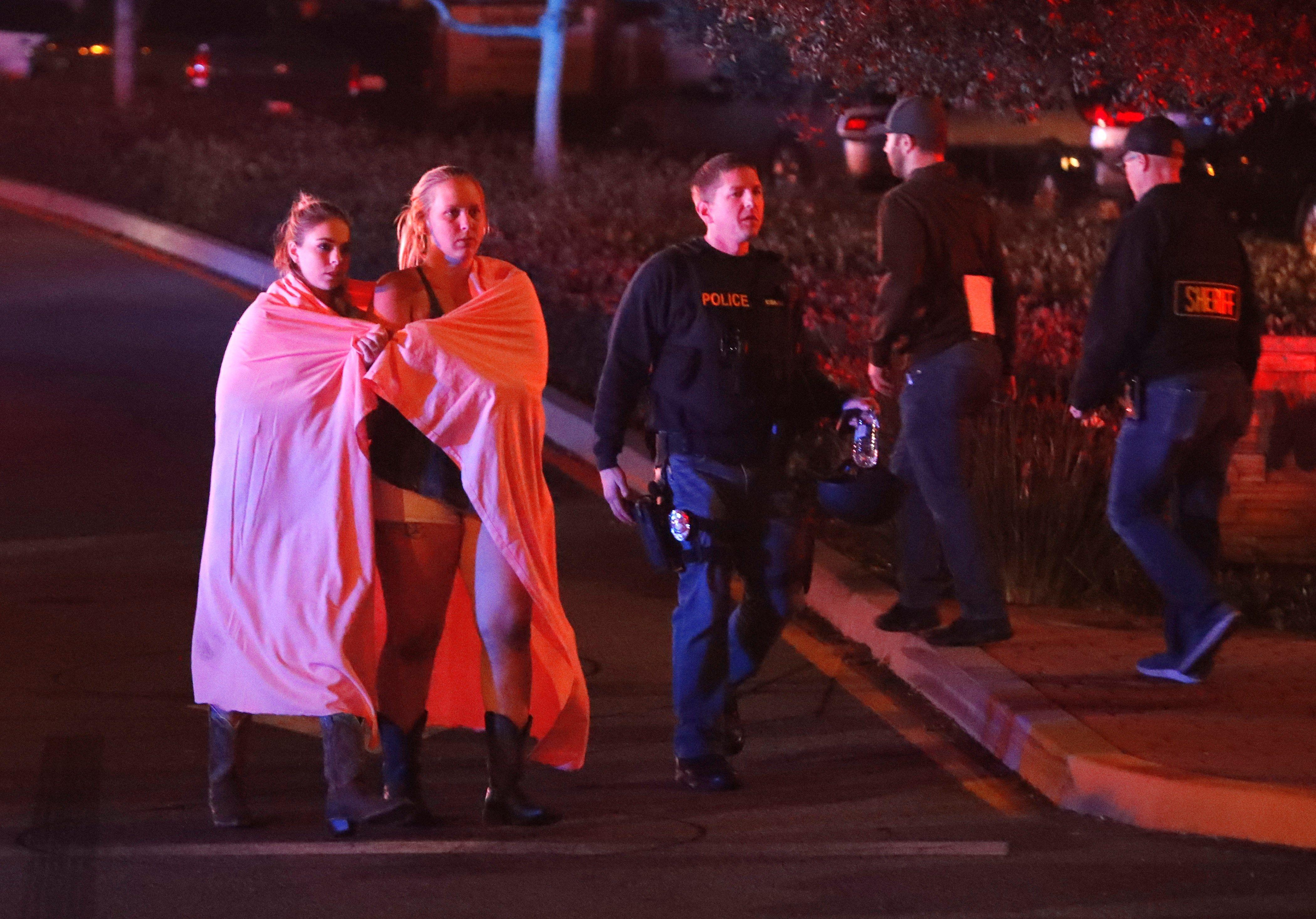 Al menos trece muertos, incluido un policía, en tiroteo de bar en California