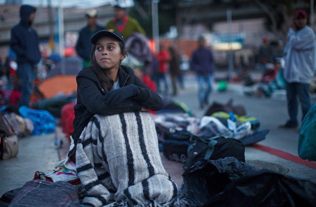 México frena primer intento de caravana migrante de pedir asilo en EEUU
