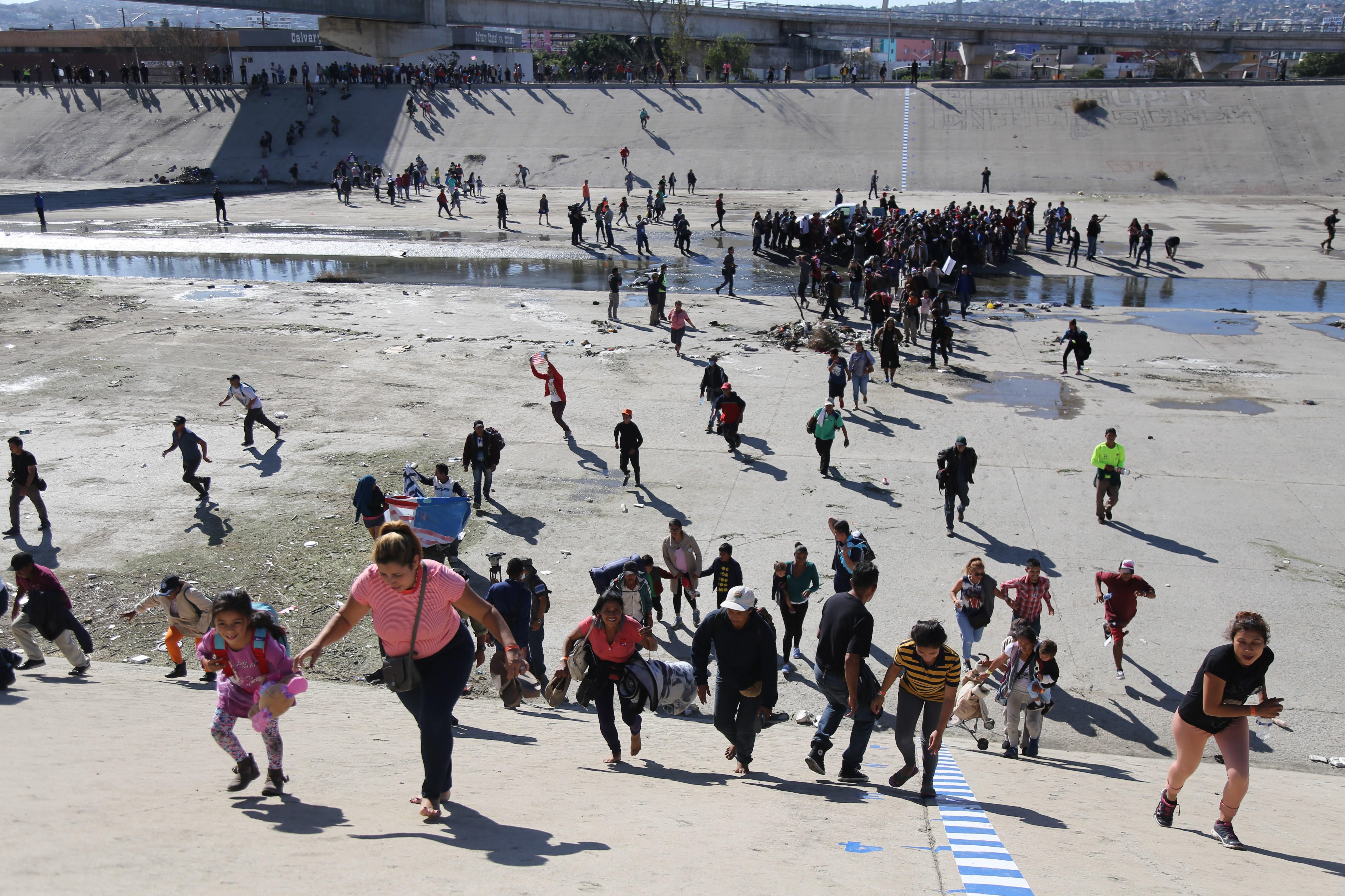 Migrantes intentan entrar por la fuerza a EUA y los repelen con gas lacrimógeno