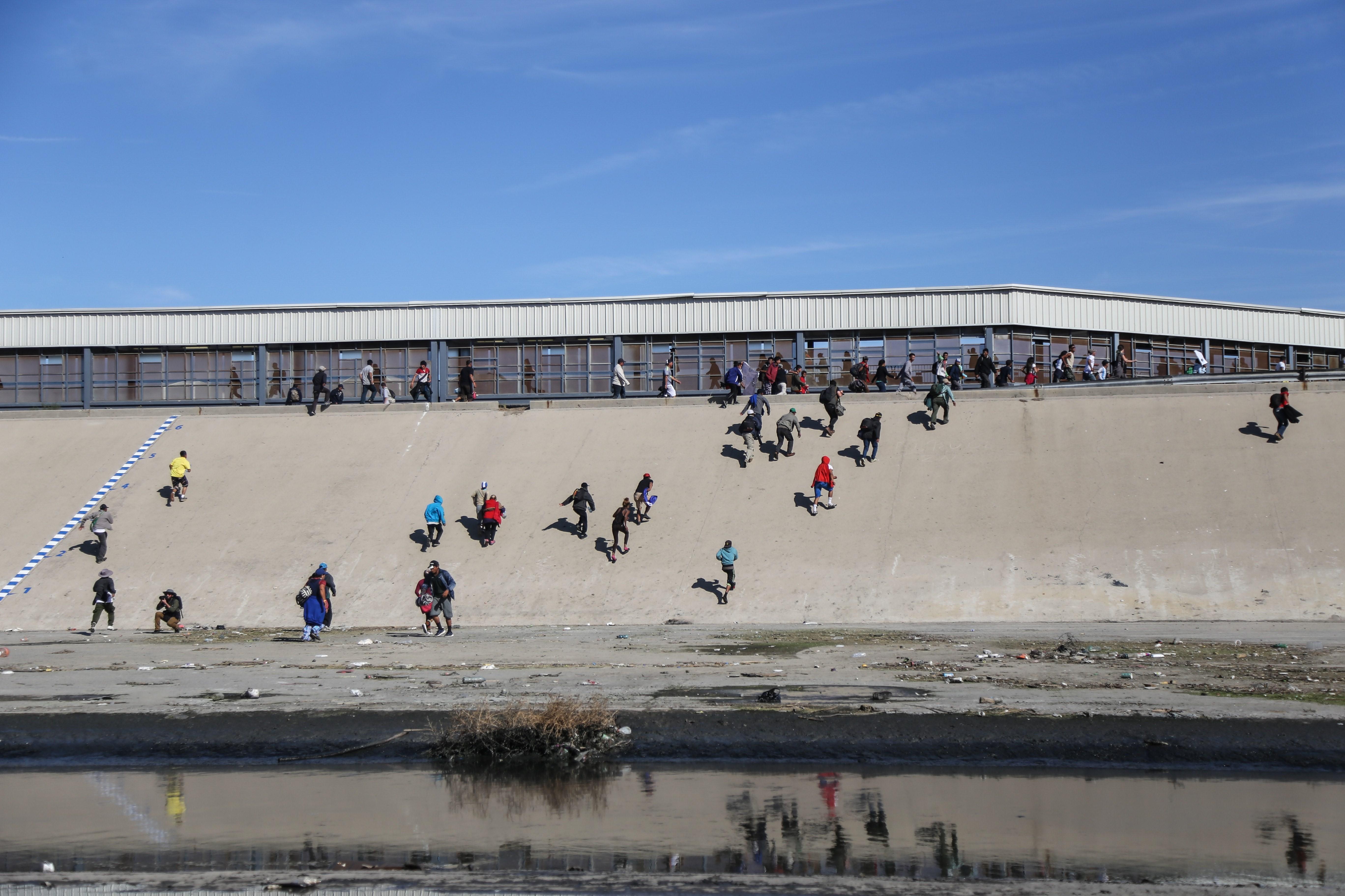 Detienen a 42 inmigrantes que entraron por la fuerza en EE.UU. por San Diego