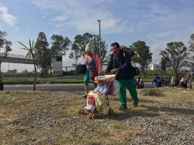 Comienzan a salir hacia Tijuana migrantes que durmieron en Querétaro