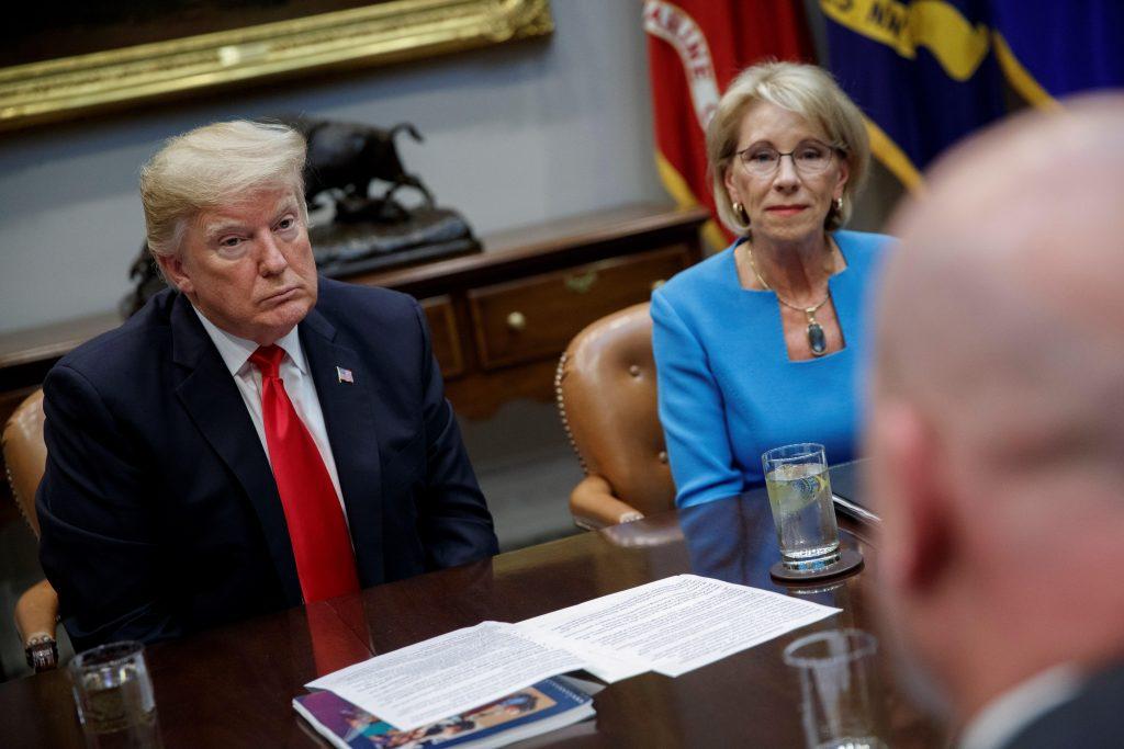 Trump discute el informe de la Comisión Federal de Seguridad Escolar