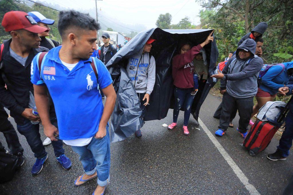 Cientos de hondureños de caravana esperan oportunidad de entrar a Guatemala