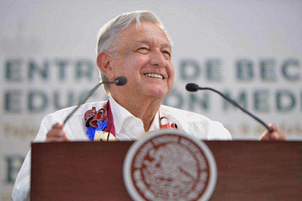 Presidente de México entrega becas a estudiantes en el Estado de México