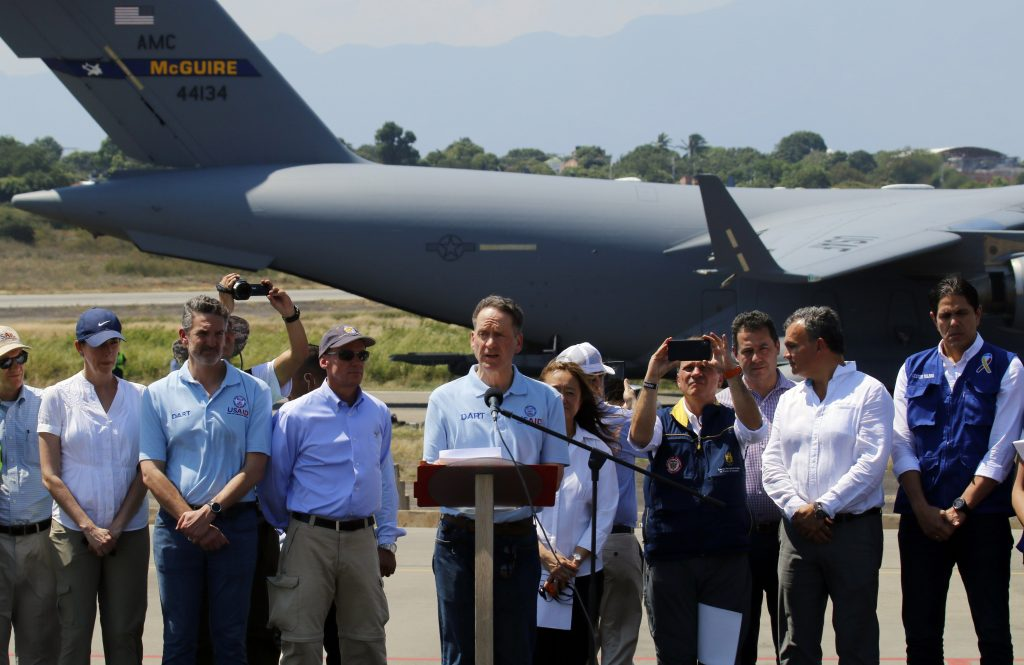 Llega a Colombia el primero de 3 aviones de EE.UU. con ayuda para Venezuela