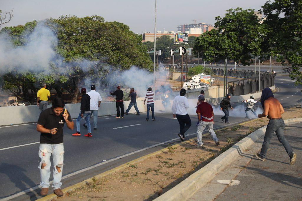Lanzan bombas lacrimógenas contra Guaidó y militares que les respaldan