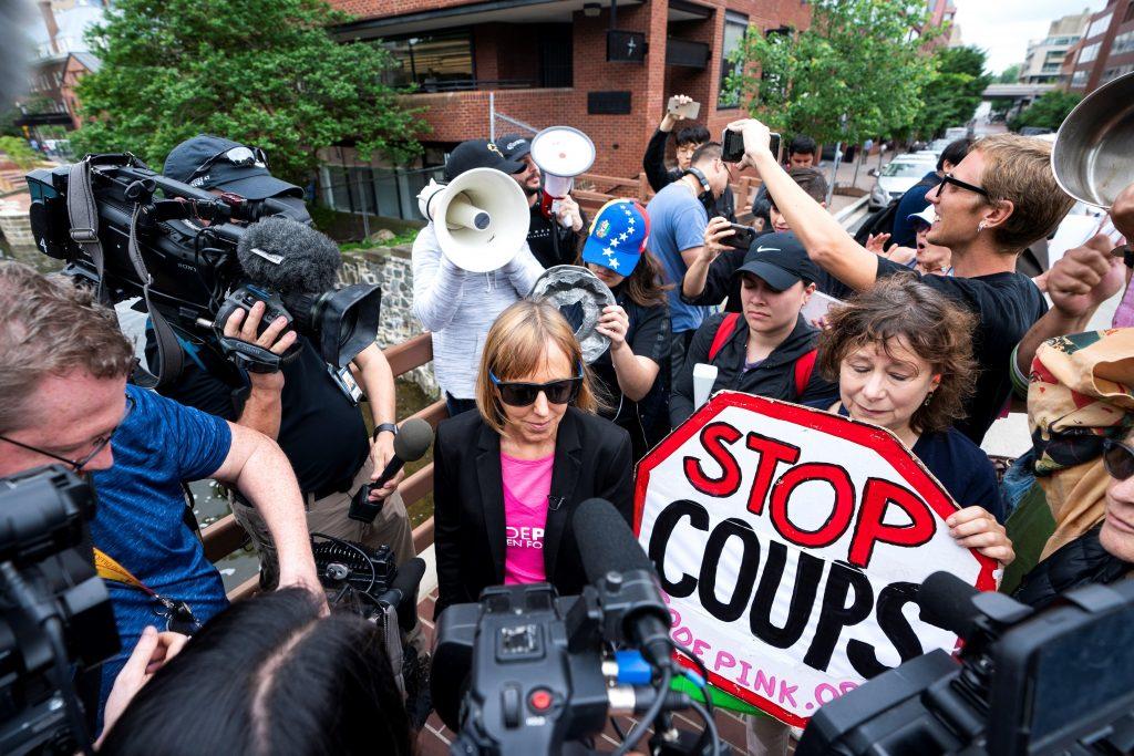 Activistas ocupan Embajada de Venezuela en Washington