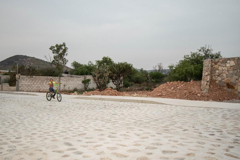 En Amazcala se construyeron 5 mil 707 metros de pavimento en diversas calles, 2 mil 895 metros cuadrados de banqueta y mil 538 metros lineales de guarniciones