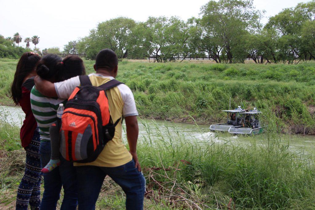 Patrulla fronteriza estadounidense vigila el Río Bravo a la altura del municipio mexicano de Matamoros