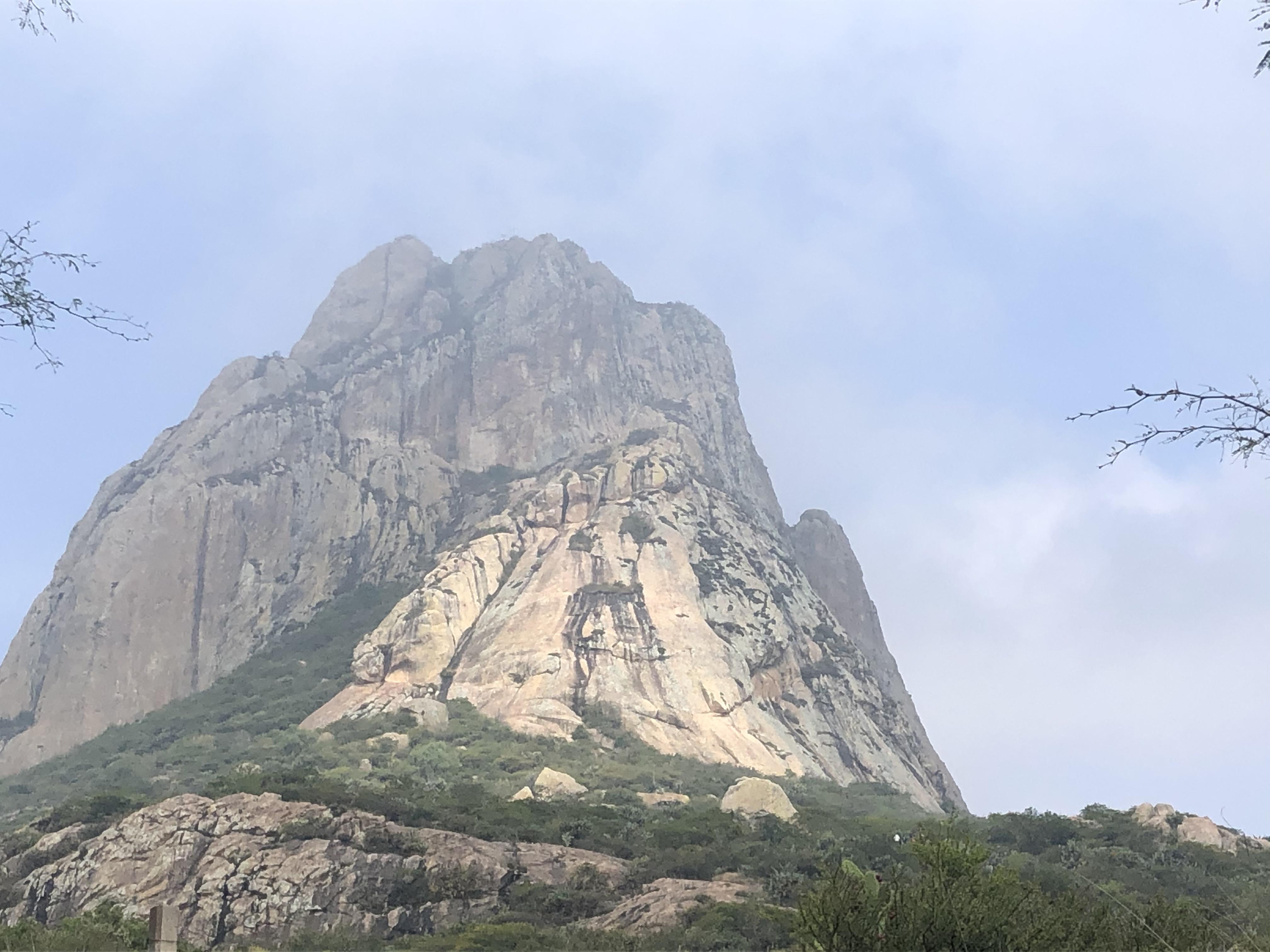 Hombre que falleció en Peña de Bernal escalaba por espacio restringido