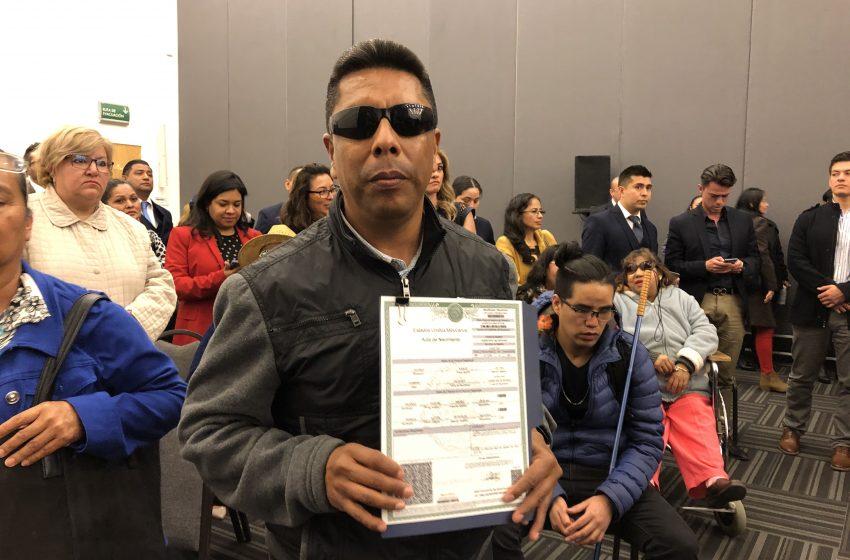 Gobierno de Querétaro entrega primeras actas de nacimiento en formato braille