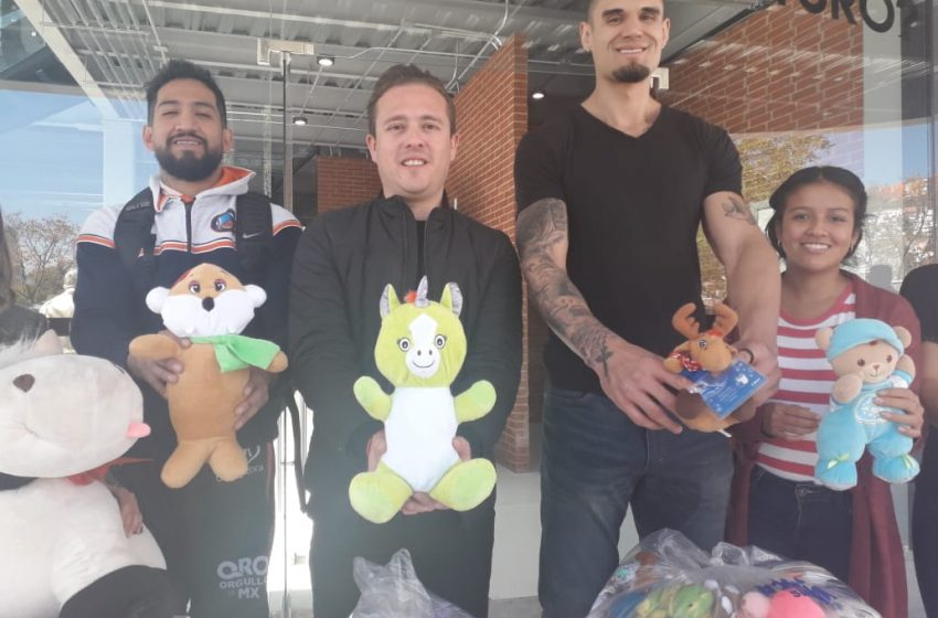 Libertadores de Querétaro entrega a Sejuve peluches para niños y niñas de escasos recursos