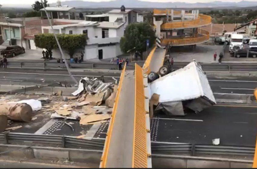 Colapso de puente peatonal en Apaseo el Alto obligó a cerrar circulación en ambos sentidos