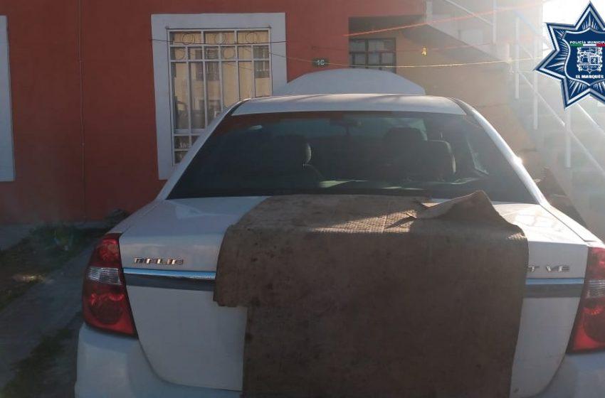 Asegura policía de El Marqués dos vehículos robados y a dos presuntos implicados