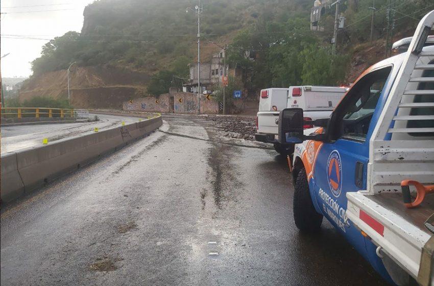 Lluvia de madrugada deja deslave en la carretera estatal 200