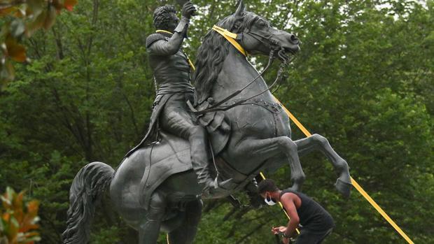 Trump manda al ejército para proteger estatuas