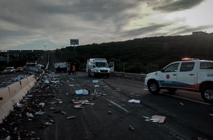 Vuelca tráiler sobre el Anillo Vial Fray Junípero Serra