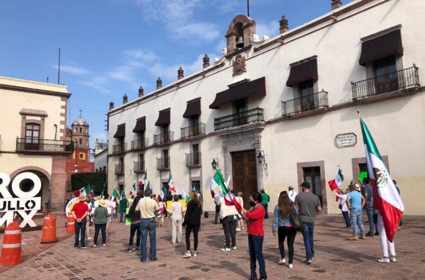 FRENA deja los autos y se manifiesta en Plaza de Armas para exigir la renuncia de AMLO