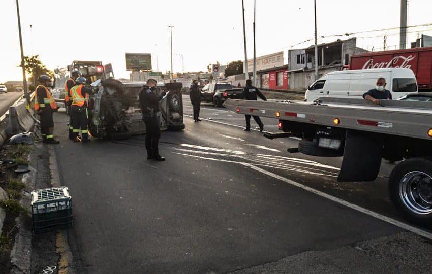 Tránsito lento sobre B. Quintana por choque que dejó un auto volcado