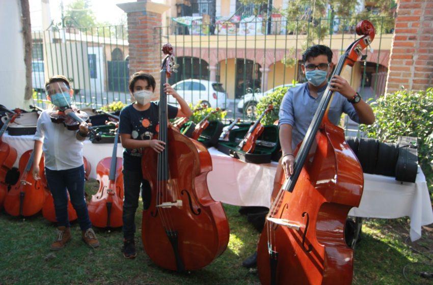 Entrega Secretaría de Cultura instrumentos musicales a Orquesta de Cuerdas en Tequisquiapan