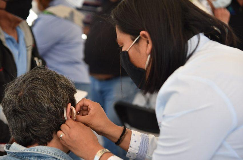 Municipio de Corregidora entrega 16 auxiliares auditivos a adultos mayores