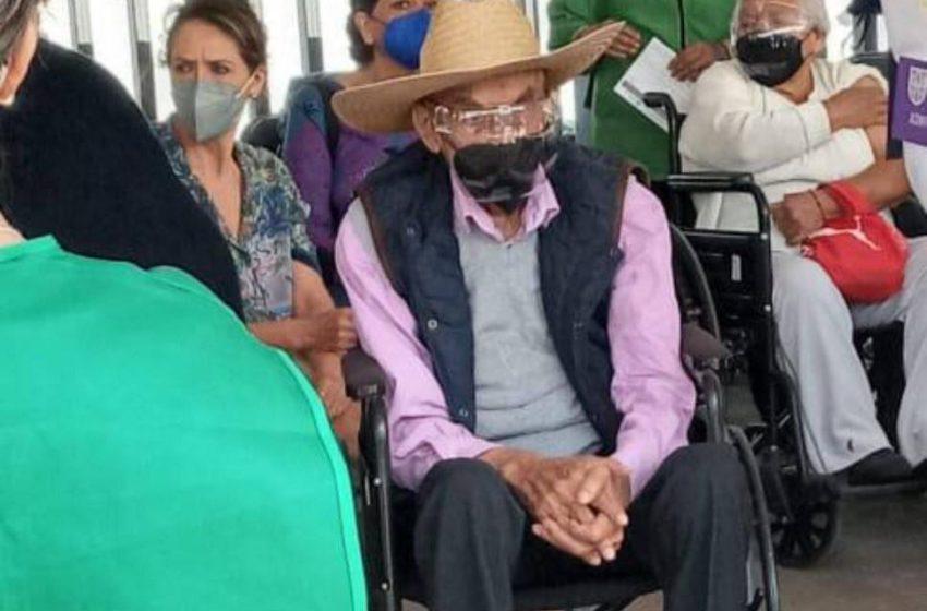 Reaparece el expresidente Luis Echeverría; fue captado esperando su turno para ser vacunado contra COVID-19