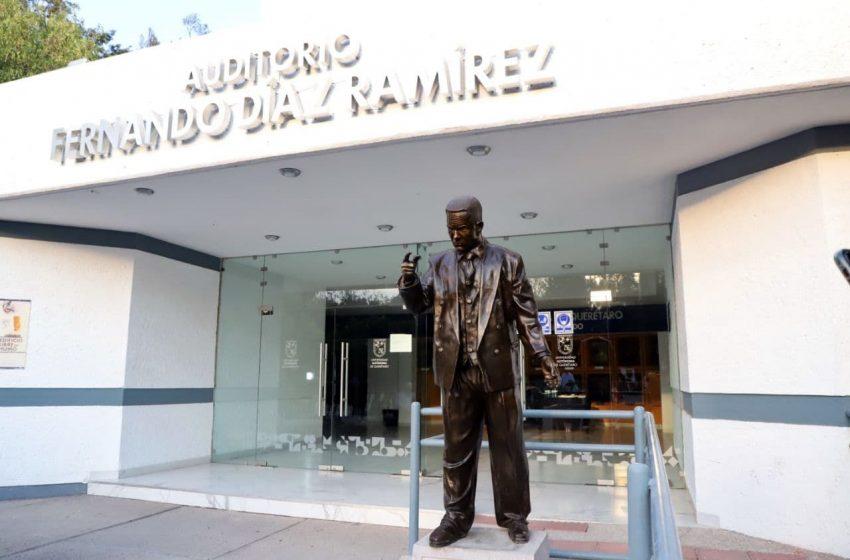 Municipio de Querétaro entrega estatua de Fernando Díaz Ramírez a la UAQ