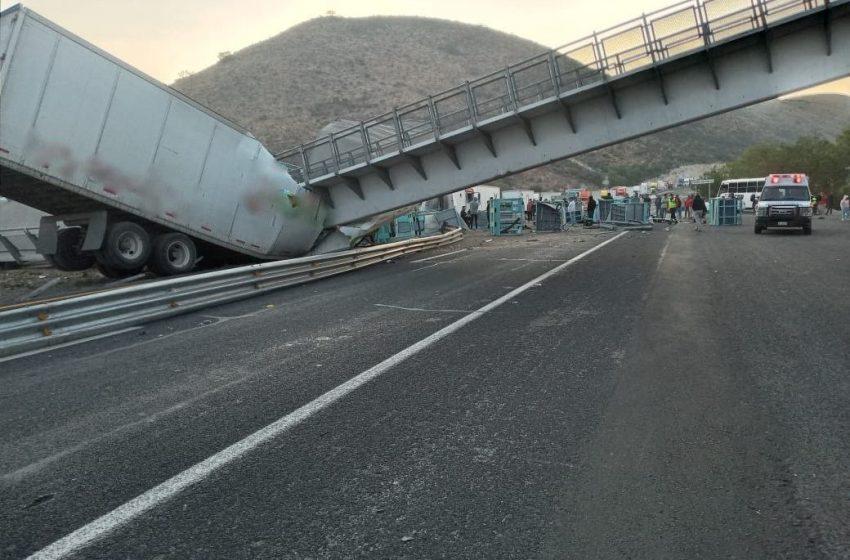 Puente peatonal cae sobre tráiler en autopista a San Luis Potosí