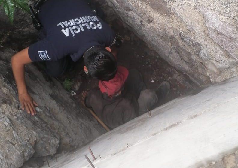 Rescatan a adulto mayor que cayó en registró de desagüe, en Santa Rosa Jáuregui