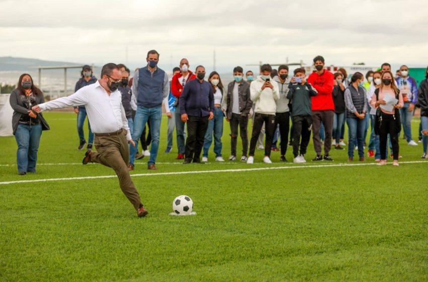 Municipio de Querétaro entrega nueva cancha de futbol en Preparatoria Norte de la UAQ