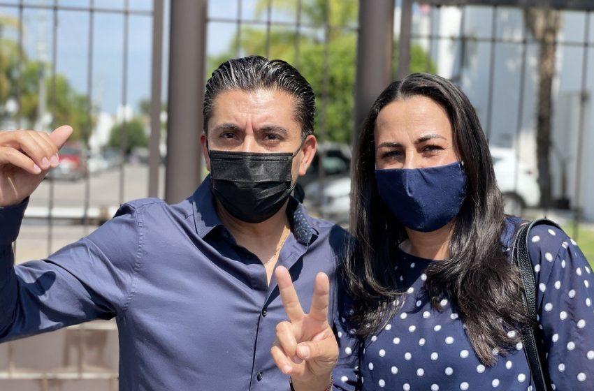 """Al emitir su voto en El Pueblito, Roberto Sosa celebra """"fiesta de la democracia"""""""