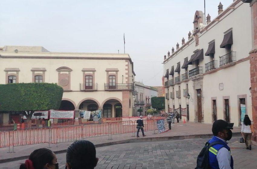 Comerciantes indígenas desalojan andador 5 de mayo