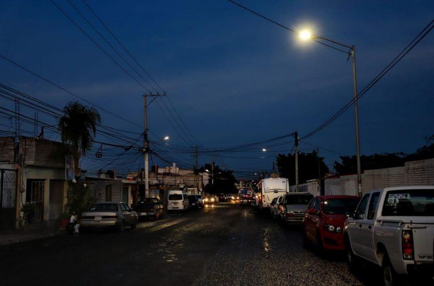 Entrega municipio de Querétaro luminarias en La Loma
